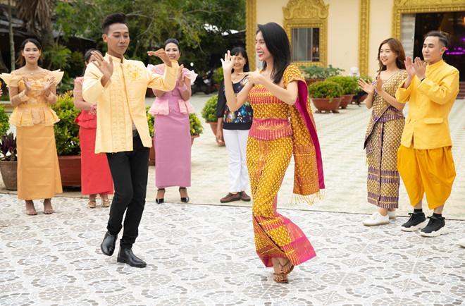 Thủy Tiên và các nghệ sĩ thích thú khi học điệu múa Khmer. Ảnh: Vivian